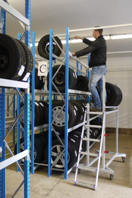 Reifenwagen mit Leiter